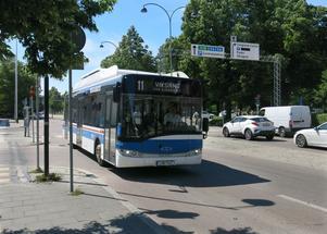 Det är billigare att förlänga linje 11 till Öster Mälarstrand. I dag vänder bussen vid infarten till stadsdelen. Men den går inte lika ofta och betydligt färre många timmar än linje 7.