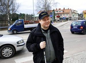 Jan-Erik Smångs är orolig hur han ska klara sig med så få ledsagartimmar.