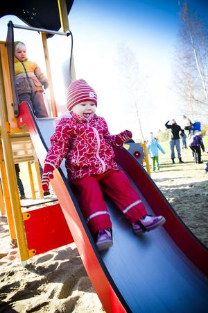 Elsa Tranevall, 1,5 år, åkte ner flera gånger.