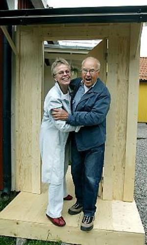 Foto: LEIF JÄDERBERG Nu har de skojigt igen. Åsa Holmgren, en av aktörerna, och veteranregissören Erik G Wesslund ser fram emot att få roa Gävle-publiken med det klassiska folklustspelet