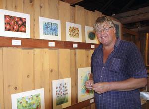 Kaj Utter är en sann kolorist som kan färgernas valörer och uttryck i bland annat sina blommålningar i akvarell.
