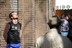 Eric Larsson njuter av solen.