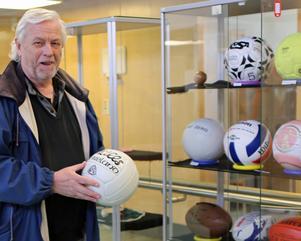 Lasse Lohmander har samlat bollar sedan 70-talet. Nu visas delar av hans samling upp i Medborgarhuset i Sveg.