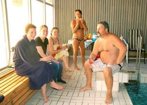 Trevligt på spa. Janne Nordin var ensam herre bland damerna Susanne Andersson, Alexandra Andersson, Stina Zackrisson och Chatrin Nordin.