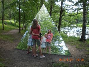 Två av mina barnbarn hade en kul tur i Skulpturparken i Ängelsberg