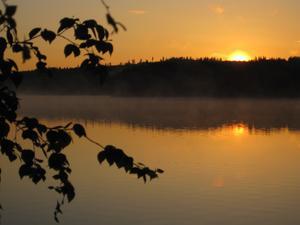 På kortsemester i Rämshyttan störde en räv nattsömnen och såg (förutom räven) att solen var på väg upp, fick några bilder och denna över sjön Rämen är tagen 3:27. Räven den drog innan jag fick fram kameran.