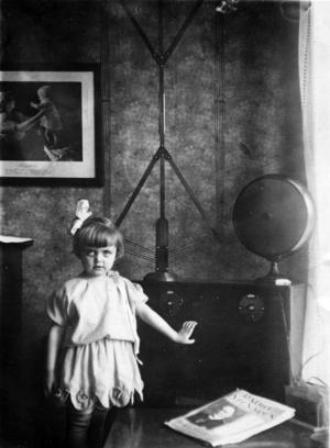 TV-TITTARE. Clarie Jansson är dotter till radioteknikern Helmer Widlund och var en av de första i hela Sverige som såg TV. Det skedde i december 1932. På den här bilden från 1927 står hon vid en radiomottagare som fadern byggt.