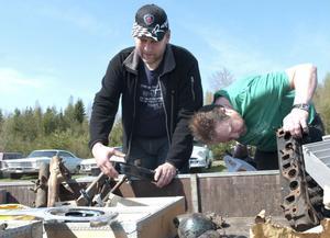 Anders Eriksson och Per Jonsson tittade på reservdelar till mopeder.