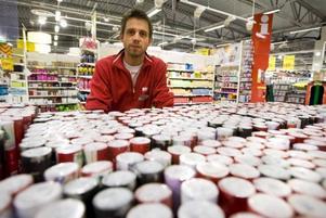 krav från kunderna. Marcus Forsberg, butikschef för sortimentet utöver maten på Maxi Ica i Hemlingby, berättar att krav från kunderna nu gör att nyårsfyrverkerierna tas bort ur sortimentet.  Foto: Lars Nyqvist