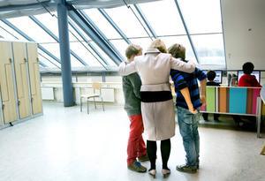 VILL HA LUGN OCH RO. Barbara Bergström tar en runda på Engelska skolan i Täby. När hon får syn på två killar som brottas ingriper hon direkt.
