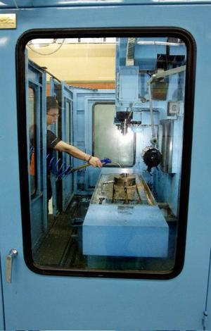 Antony Genborg visade hur det går till att fräsa nyckelringar i den här maskinen på verkstadsprogrammet på Palmcrantzskolan.