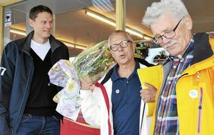 Startskott. Mikael Vestergård, handlare i Vedevåg, fick blommor av Bengt Storbacka (S) och Björn Pettersson (C) som en uppskattning för att han ställer upp på försöket att inrätta ett servicepunkt.Foto: Kerstin Schönström
