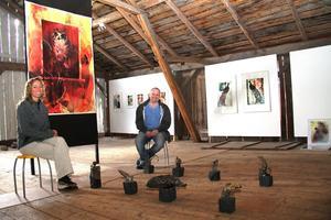 Jonas Pettersson, som driver Langsbo konsthall, visar lillasyster Cilla Midehags och pappa Petter Petterssons grafik, måleri och skulptur.