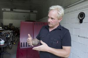Bakom Håkan Röstlund finns en TVR Cabriolet som byggdes 1982 i England. Den kom till Sverige med flyttgods 1991 och har fått nytt liv tack vare omvårdnad.