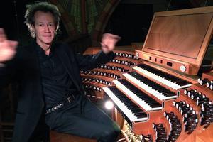Magiska händer och fötter. Krävs när man ska spela orgel.