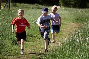 Foto: LASSE WIGERT Framgången på Källö. Jakob, Adam A och Mikaela i full karriär på motionsslingan som de sprungit eller gått varenda dag hela läsåret.