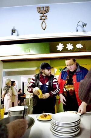 Rotmos, korv och en stor klick senap fick Anders Andersson och Juhani Ritola på tallriken i går. De trivs med att slippa besöka torget för att få mat.