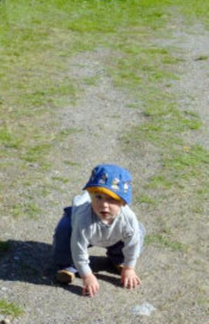 Sebastin Lidström, 1 år, hade en besvärlig uppförsbacke när han skulle ta sig upp dit trollkarlen höll till.