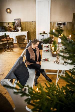 I den stora salen luktar det jul av stearinljus, granris och glögg. I julgranen brinner juleljusen och utanför de stora fönstren ligger snön vit.
