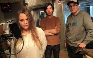 Helena Haga med Christopher Dahlgren och Philip Abaji på högskolans ljud- och musikproduktionutbildning.