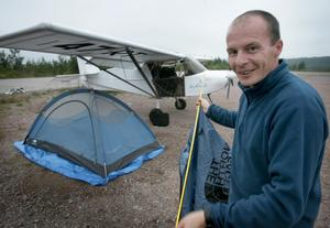 I tält. Thierry Duchesnes fick sova i tält intill sitt flygplan efter att dålig väder tvingat honom att avbryta flygningen mot Siljansnäs. Foto:Peter Ohlsson