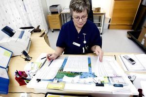 Har full koll. Anita Strand har full koll på alla hundratals transporter som ska göras varje dag. Det kan vara patienter som behöver skjutsas till undersökningar och behandlingar men också prover som behöver skickas.