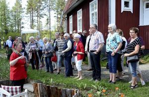 Carolina Visser berättar om uppbyggnaden av tulpanodlingen i Backsjön. Från starten med 1000 lökar är man nu uppe i omkring 200.000 och utvecklingen fortsätter.   Foto Uno Gradin