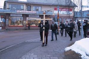 Andreas Helgesson gick i täten för gruppen. Han bar ett enkelt träkors.