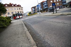 Potthåll på väg 84 i Ljusdals köping, nu igenfyllda med hjälp av en snabelbil.