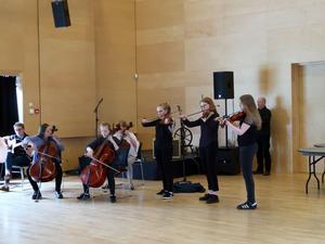Fanny och Klara Källström deltar i elevworkshop med kulturskolan.