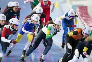 Erika Lindgren mitt i fältet under masstarten på ungdoms-OS i Lillehammer.