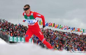 Norrmannen Petter Northug tar skidsporten med storm.