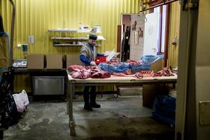 De är noga med djur och kött i Tolvsbo, slakten sker under lugna former och köttet hängmöras innan styckmästaren Anders Jansson tar vid.