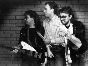 32. Tres Hombres, troligen från Järpen, året är 1986.         Uppdatering: Roger Isaksson skriver att detta är Järpens bluesrävar Mats Grip och Janne Berglund. Mannen i mitten dock fortfarande okänd.