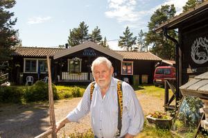 Martin Strömqvist framför Hamnstugan, som han drivit sedan 2009.