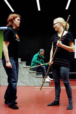 Emelie Åkergen, Ronny Carlsson och Frida Halvarsson repeterar sista scenen.