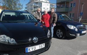 Klas-Åke Säll från Ovanåkers kommun tillsammans med två av de som kommer att köra de nya bilarna, Lotta Olsson och Lisbeth Birgersson från hemtjänsten i Edsbyn.