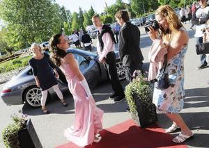 Caroline Eriksson poserade i sin egendesignade balklänning.