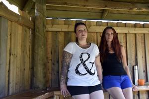 Martina Gustafsson, till vänster, har fått stöttning för sig och sina djur av Veronica Tällberg, som har startat en insamling.