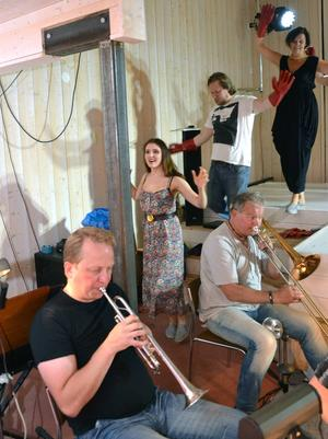 Musikanter och sångare agerar med stor närhet i den intima konsertladan.