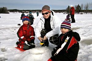 Alva Liw, Marit Wåhlén och Nora Gradin från Rotebergs fritids hade det skönt på isen. Skidor och skridskor är andra aktiviteter under sportlovet.