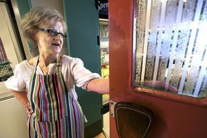 Känner sina kunder. Stina Bergdahl har jobbat i 40 år på kafét.