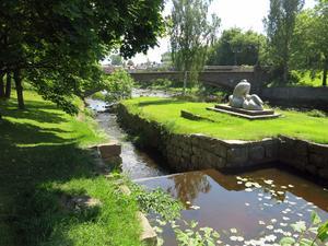 Mitt i ån – Staffan Nihléns Aurora-skulptur.