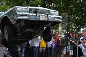 Stort publikt intresse väckte lowridersbilarna när de hoppade högt.
