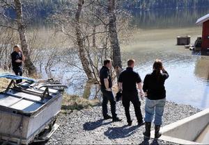 Insatsledare Kent Eriksson och Mikael Hagberg från Åre räddningstjänst (1a och trea från vänster) kollar de oroväckande höga vattennivåerna vid Camp Åres källare.