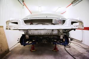 Bilen är nedplockad, men den går lätt att sätta ihop, allt är gjort så att det ska vara lätt att komma åt och utföra arbeten på bilen.