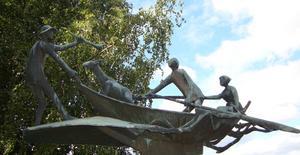 På besök i Strängnäs tog vi en promenad längs mälaren och stötte då på denna underbara skulptur.