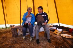 Solveig och Bengt Larsson inne i kåtan.