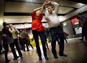 En svängom. Bengt Vall och Christina Vall från Örebro tog tillfället i akt och dammade av dansskorna på söndagens tedans i Kulturhuset.