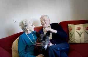 """får bo tillsammans. Bror och Annie Ramqvist har varit gifta i 51 år. I torsdags flyttade de in i en av Forellplans fyra dubbellägenheter. """"Det känns                                          jättebra att vi kan bo tillsammans"""", säger Bror Ramqvist."""